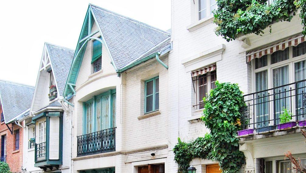 A due passi da piazza Dalida c'è una delle strade più pittoresche della capitale : Villa Léandre.